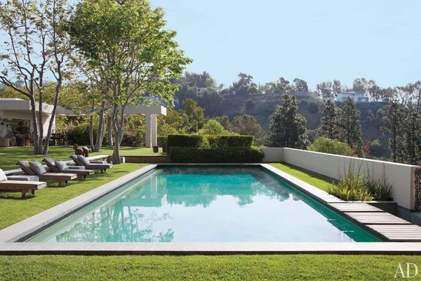 Item16.rendition.slideshowWideHorizontal.ellen-degeneres-portia-de-rossi-beverly-hills-home-17-pool